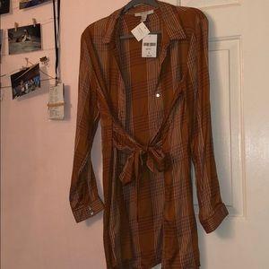 Woman's Dress.. Color: amber/cream